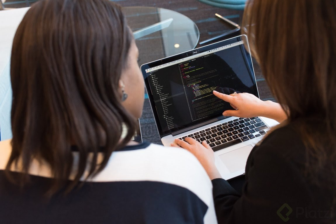 mujeres trabajando en lenguajes de programación.jpg